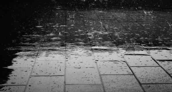 石畳に降る雨の写真
